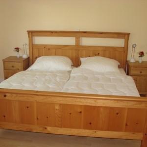 Schlafzimmer mit Kinderbett im Erdgeschoss