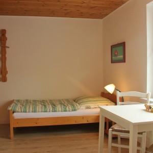 Kinderzimmer mit drei Betten