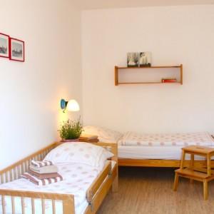 Kinderzimmermit zwei Einzelbetten und 100% Verdunkelung (Außenjalousie)