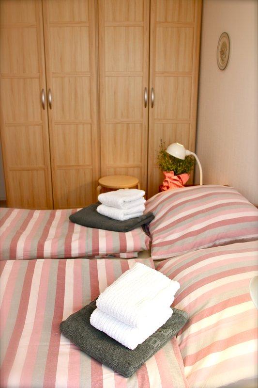 Schlafzimmer mit großem Schrank und 100% Verdunkelung (Außenajlousie)