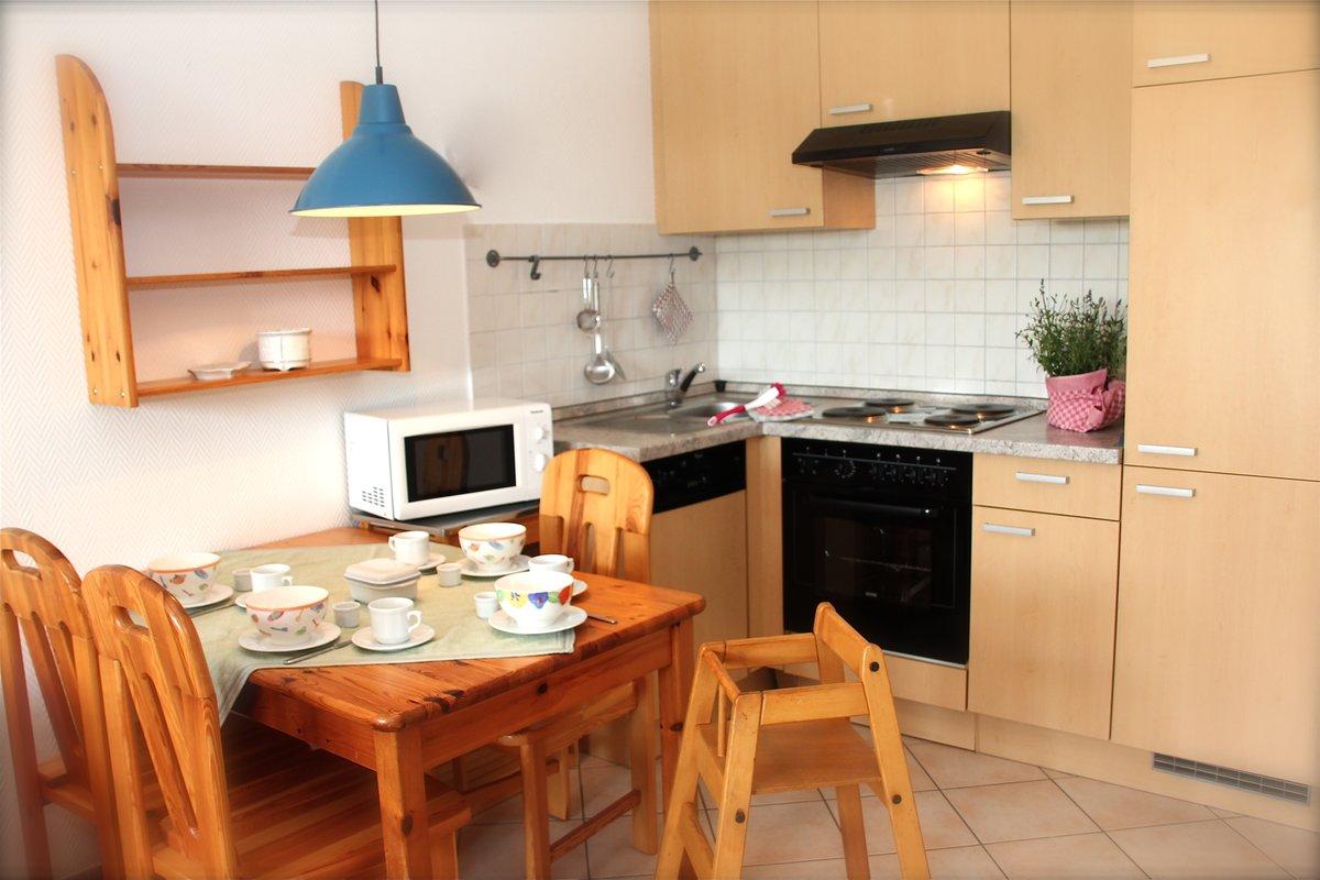 gut eingerichtete Einbauküche mit Essplatz