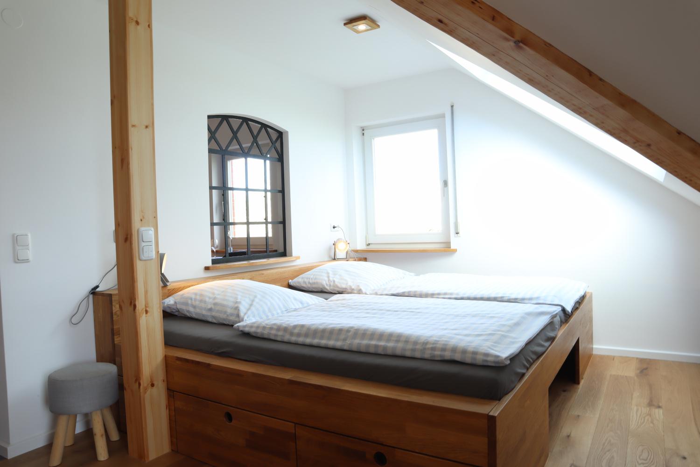 Bett 2 Mal 1,25 m x 2,00 m mit großem Panoramafester